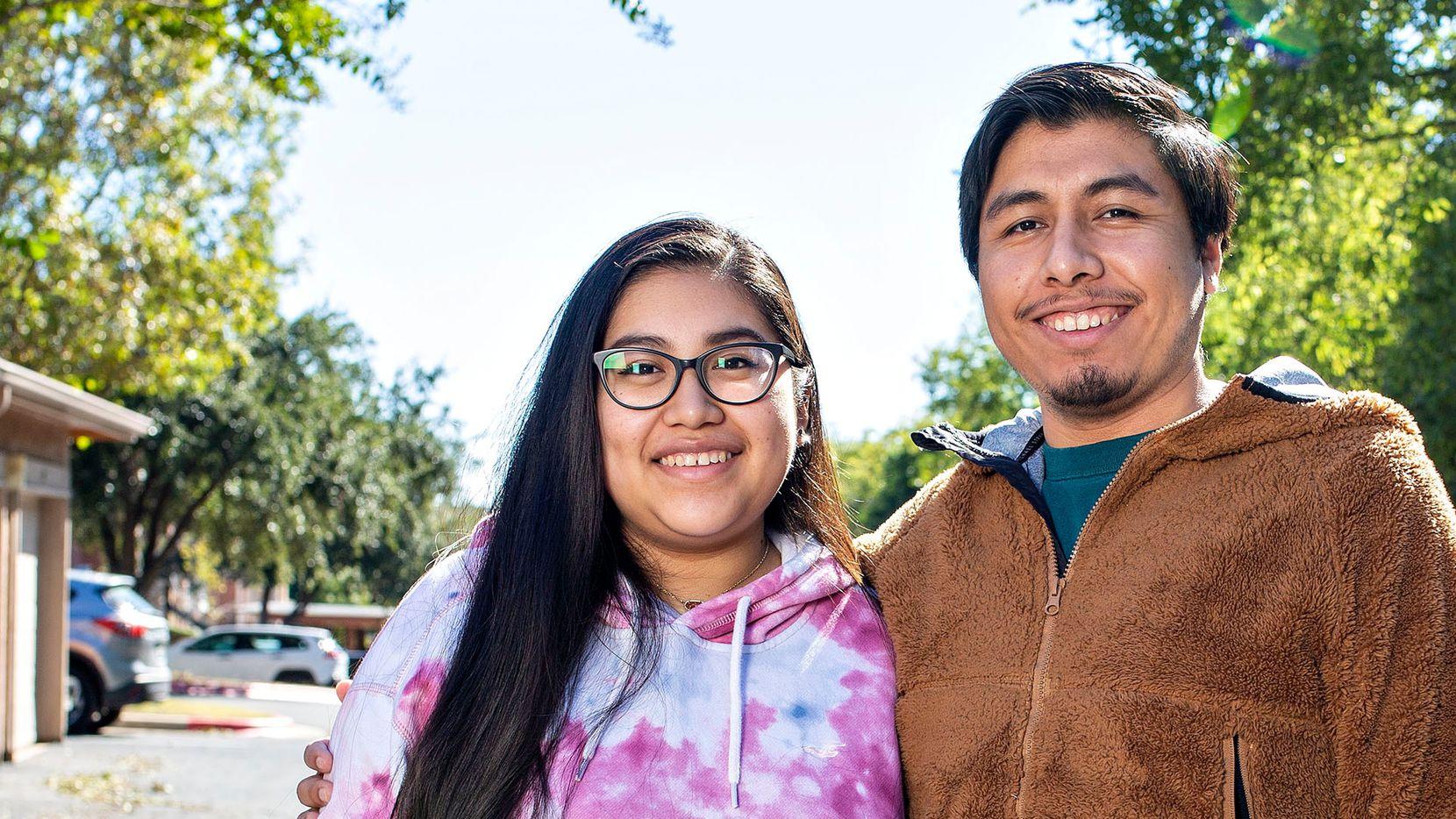Yuritzi Lagunas, 20, votará por primera vez en una elección presidencial. Su hermano, Sheridan Lagunas (der.) es un joven DACA.