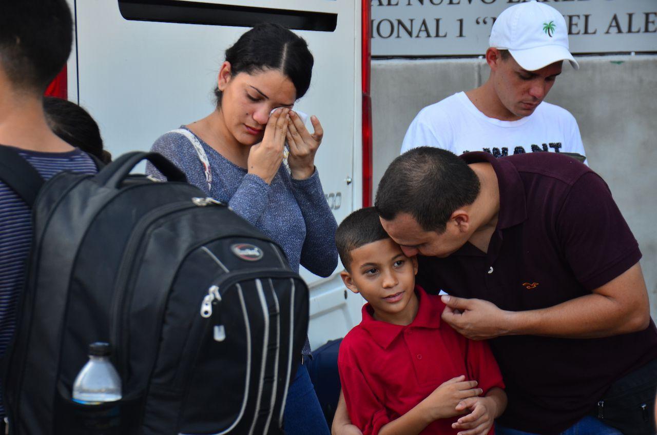 Una familia cubana se prepara para cruzar a Estados Unidos y solicitar asilo, después de meses de espera en Nuevo Laredo, México.