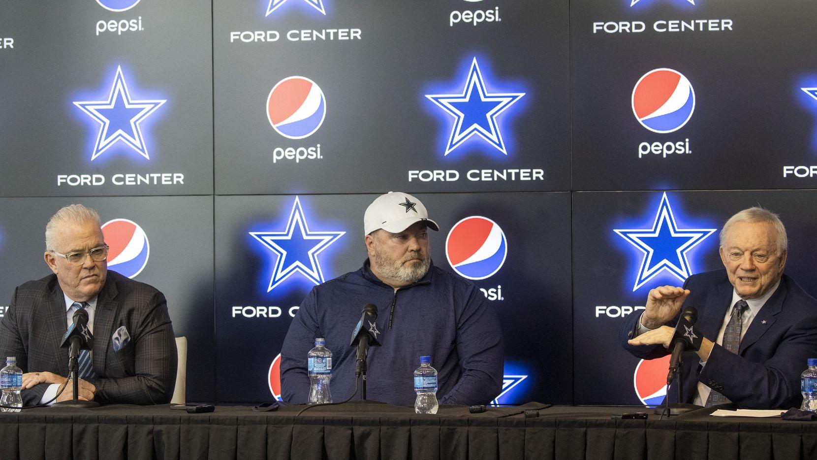De derecha a izquierda: El dueño de los Cowboys de Dallas, Jerry Jones, en entrenador en jefe Mike McCarthy, y el vicepresidente ejecutivo  Stephen Jones  en una conferencia de prens, el 27 de abril de 2021 en The Star de Frisco.