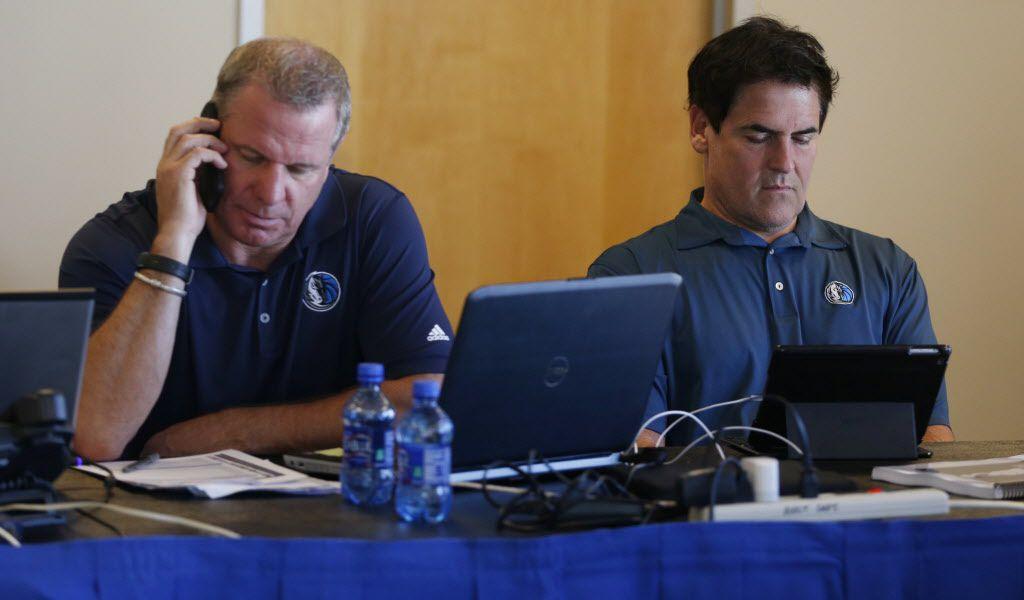 El director de personal de los Dallas Mavericks, Tony Ronzone (izq), y el dueño del equipo, Mark Cuban, trabajan juntos en su oficina del American Airlines de Dallas, durante el Draft 2015 de la NBA.