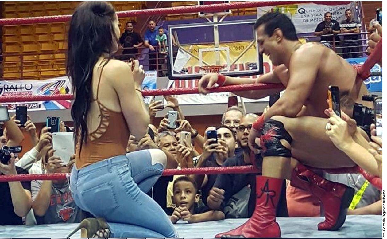 La gladiadora, quien mostró primero el anillo de compromiso, aunque no se lo puso a su novio en el dedo, se arrodilló en medio del ring ante la sorpresa de su pareja, que se levantó y caminó un poco. /AGENCIA REFERENCIA