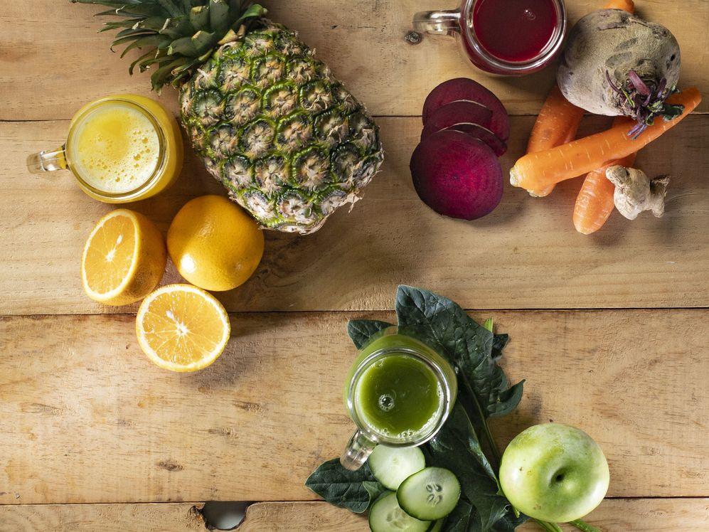 La base para la jugoterapia es un vegetal que proporcione agua, como pepino, apio o chayote, seguido de hojas como espinacas, acelga y kale.
