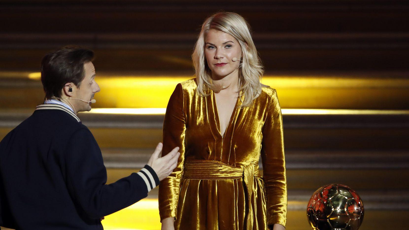El DJ francés Martin Solveig le preguntó a Ada Hegerberg si le gusta perrear en la ceremonia de entrega del Ballon d'Or. (AP/Christophe Ena)